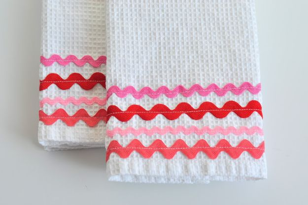 Easy Sewing Projects To Sew For Gifts - Rick Rack Dish Towels - Simple Sewing Tutorials and Free Patterns for Making Christmas and Birthday Presents - Cheap Ideas to Make and Sell on Etsy