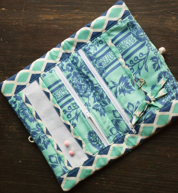 Easy Sewing Projects To Sew For Gifts - Travel Jewelry Case - Simple Sewing Tutorials and Free Patterns for Making Christmas and Birthday Presents - Cheap Ideas to Make and Sell on Etsy