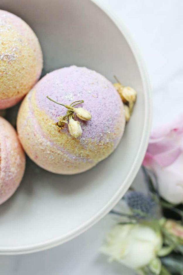DIY Bath Bombs - Coconut Oil Bath Bombs - Easy DIY Bath Bomb Recipe Ideas - How to Make Bath Bombs at Home - Best Lush Copycats, Lavender, Glitter Homemade Bath Fizzies #bathbombs #diyideas