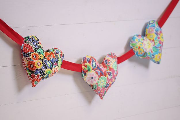 Sewing Projects for Fat Quarters - Puffy Heart Bunting - Easy Ideas to Sew With a Fat Quarter - Quick DIY Gifts, Quilt, Placemats, DIY Baby Gift, Project for The Home, Kids, Christmas