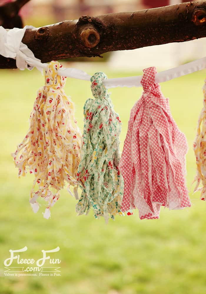 Sewing Projects for Fat Quarters - Ragged Tassels Party Decor - Easy Ideas to Sew With a Fat Quarter - Quick DIY Gifts, Quilt, Placemats, DIY Baby Gift, Project for The Home, Kids, Christmas