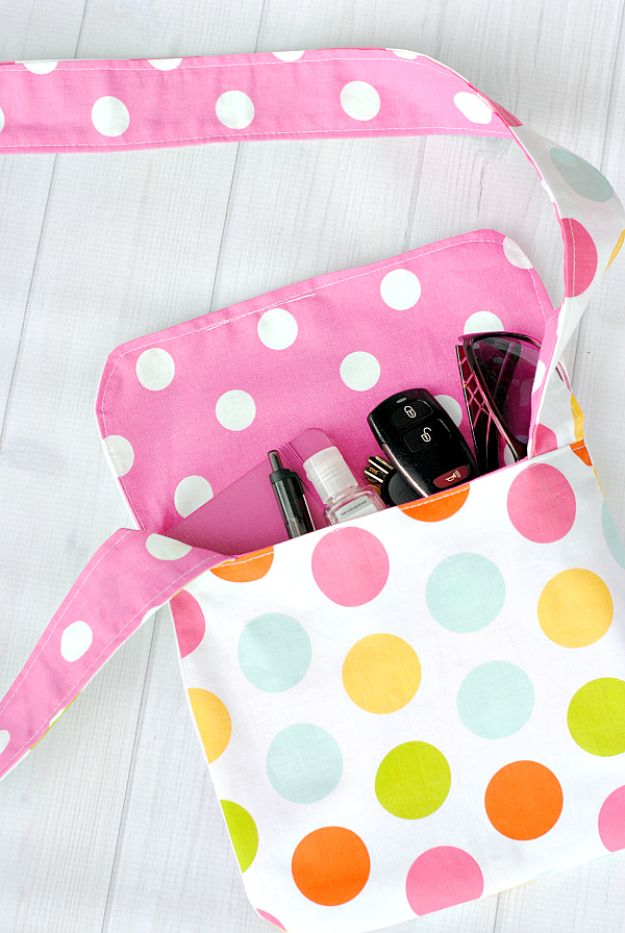 Sewing Projects for Fat Quarters - Reversible Messenger Bag - Easy Ideas to Sew With a Fat Quarter - Quick DIY Gifts, Quilt, Placemats, DIY Baby Gift, Project for The Home, Kids, Christmas