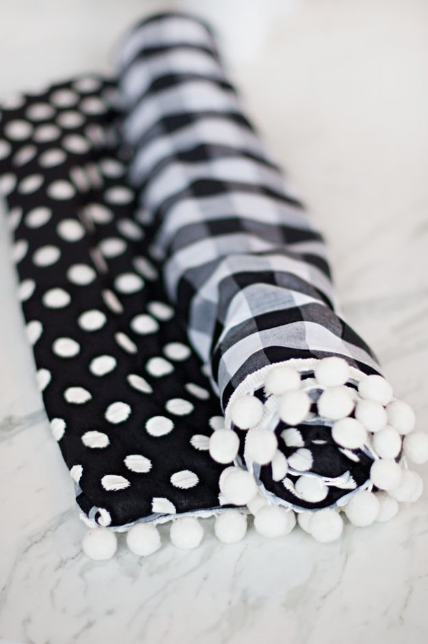 No Sew Gift Ideas - Quick Last Minute Holiday Gifts for Her - DIY No-Sew Dog Travel Blanket