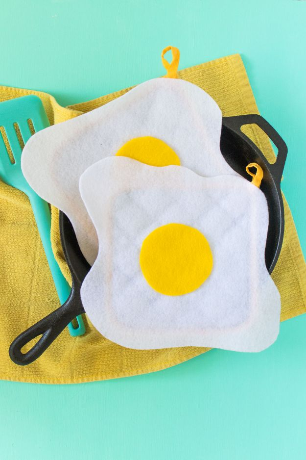 Quick No Sew Projects -No Sew Gifts to Make - Easy DIY Christmas Presents -DIY No Sew Fried Egg Oven Mitts
