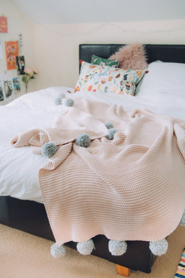 No Sew Gift Ideas - Quick Last Minute Holiday Gifts for Her - Easy No-Sew DIY Pom Pom Blanket