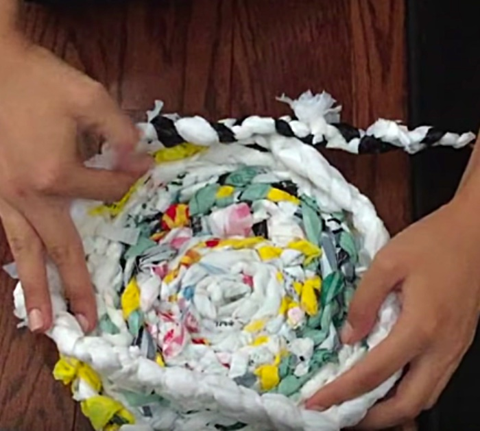 Learn to make a plastic bag trash can