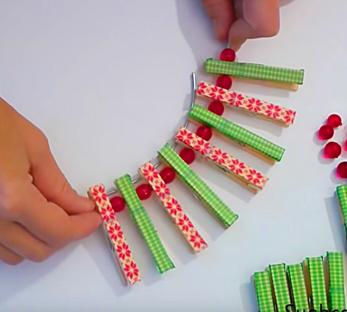 Learn to make a cheap easy quick DIY clothespin wreath for Christmas