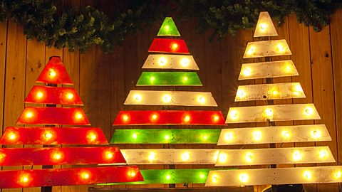 Learn To Make A DIY Pallet Tree With Marquee Lights | DIY Joy Projects and Crafts Ideas