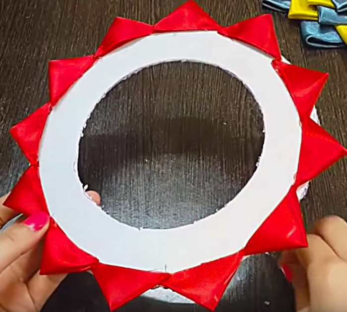 Try to make a DIY Satin Mini Wreath from polystyrene plates