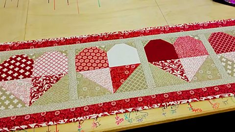 DIY Quilted Valentine Table Runner | DIY Joy Projects and Crafts Ideas