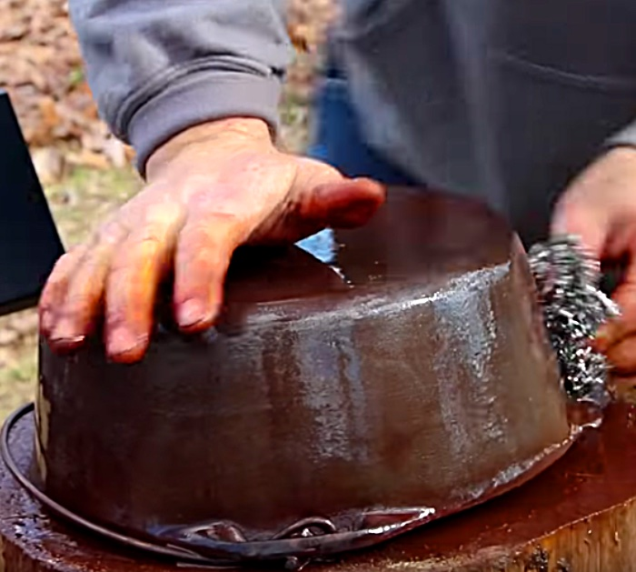 How to restore cast iron with vinegar and a hot oven