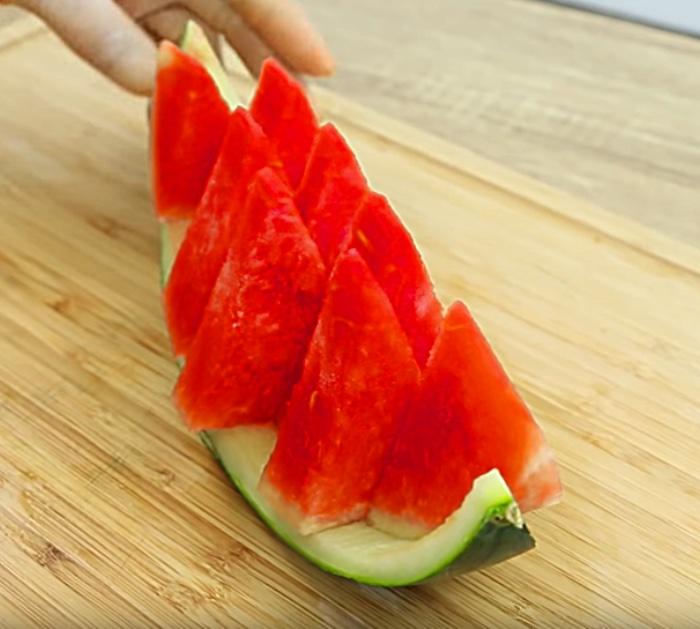 Apprenez à décorer votre table de fête lorsque vous regardez cette pastèque coupée comme une vidéo professionnelle