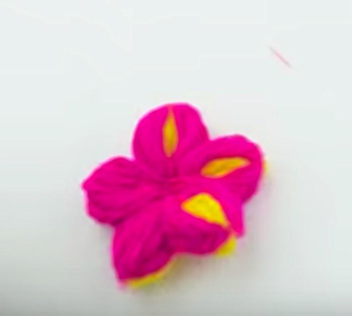 Make a yarn flower using a comb
