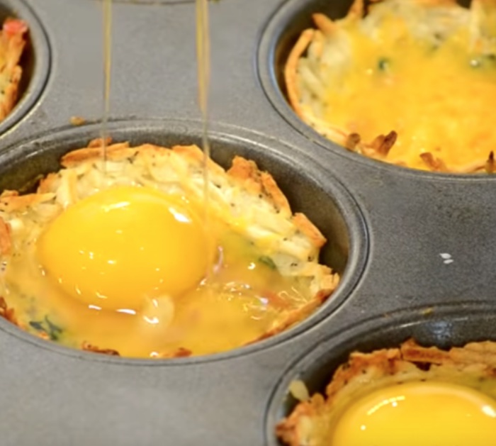 Make ham and hash brown breakfast cups with eggs