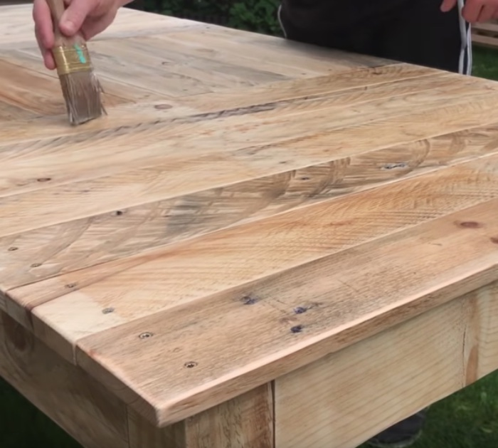 Make a DIY table out of recycled upcycled pallets