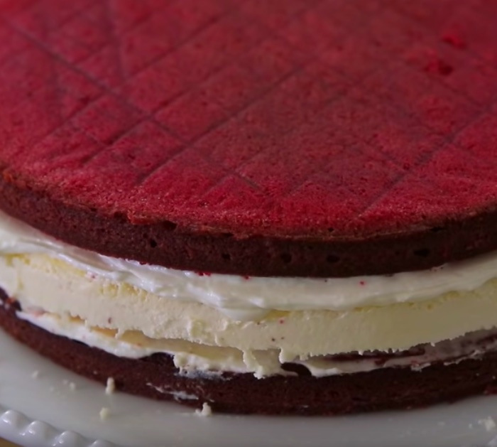 Make a delicious easy red velvet cheesecake