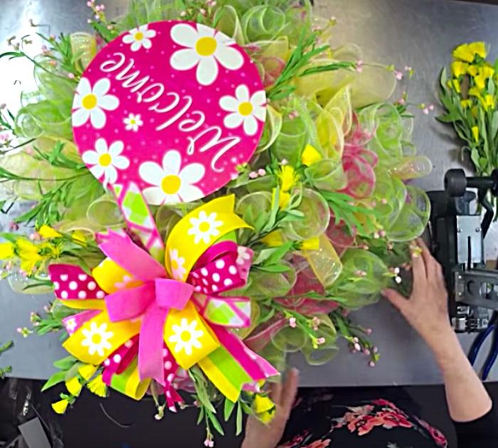 Make An easy fluffy wreath for spring