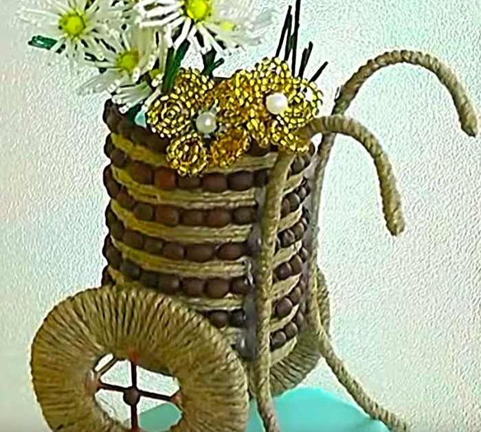 Make a chariot of flowers from a tin can
