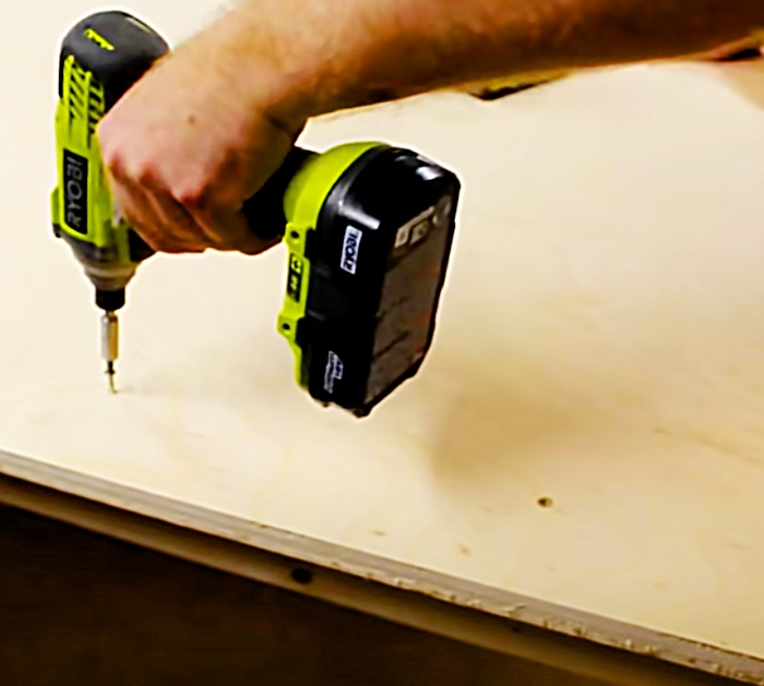 Make a workbench in one hour out of plywood