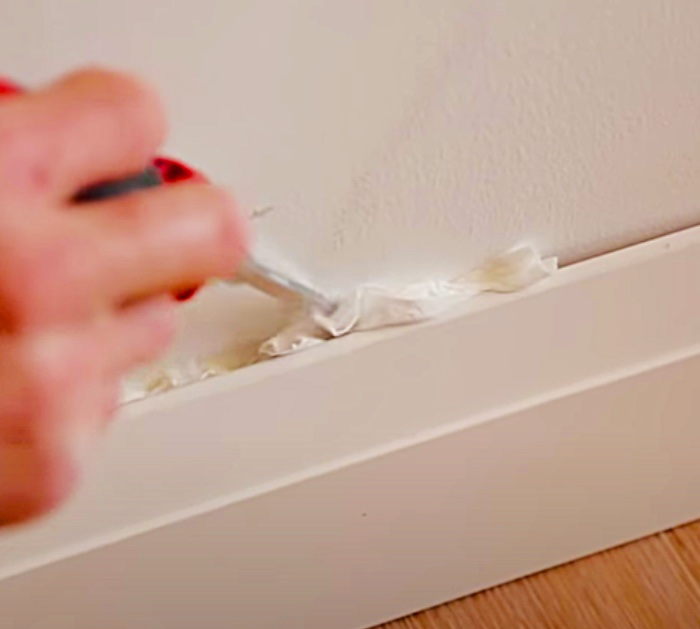 Learn caulking tips to caulk with toilet paper