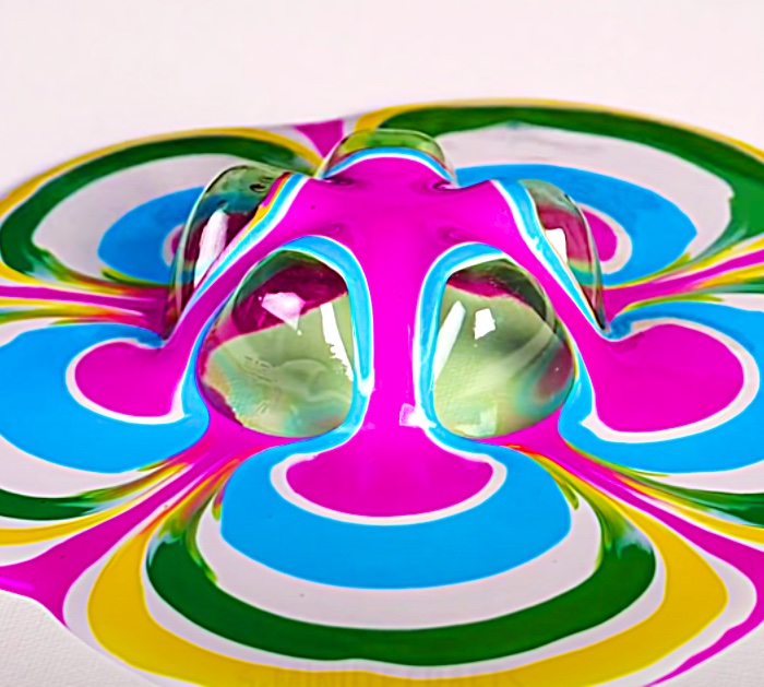Make A Retro Psychedelic Flower Using The End Of A Soda Bottle