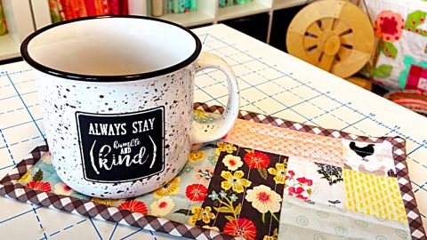 How To Make A Quilt-As-You-Go Mug Rug | DIY Joy Projects and Crafts Ideas