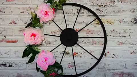 How To Make A Wagon Wheel Wreath | DIY Joy Projects and Crafts Ideas