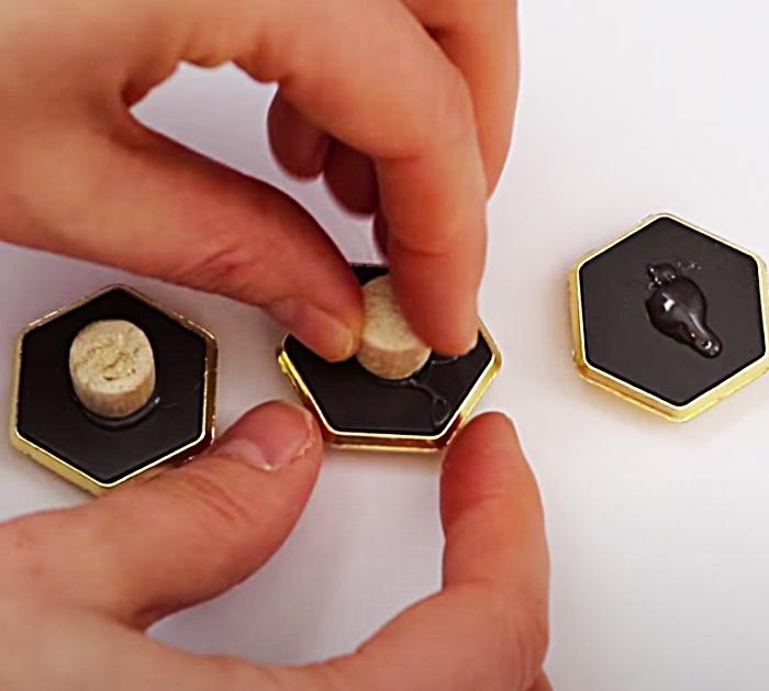 Dollar Tree Decor Ideas - DIY mirrored Jewelry Hangers - DIY Wardrobe Decor