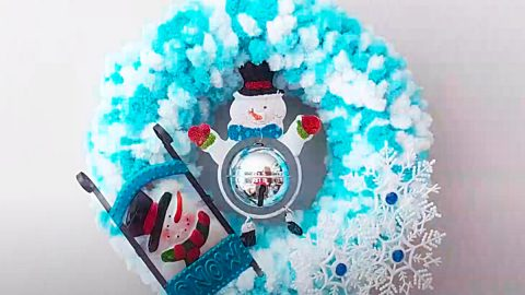 How To Make A Pom-Pom Snowman Wreath | DIY Joy Projects and Crafts Ideas