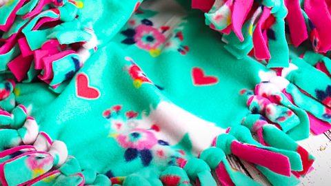 DIY No-Sew Fleece Tie Blanket | DIY Joy Projects and Crafts Ideas