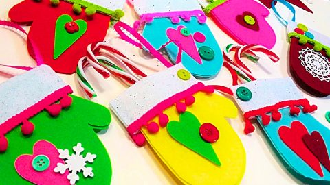 DIY Felt Mitten Card Holder Ornaments With Free Pattern | DIY Joy Projects and Crafts Ideas