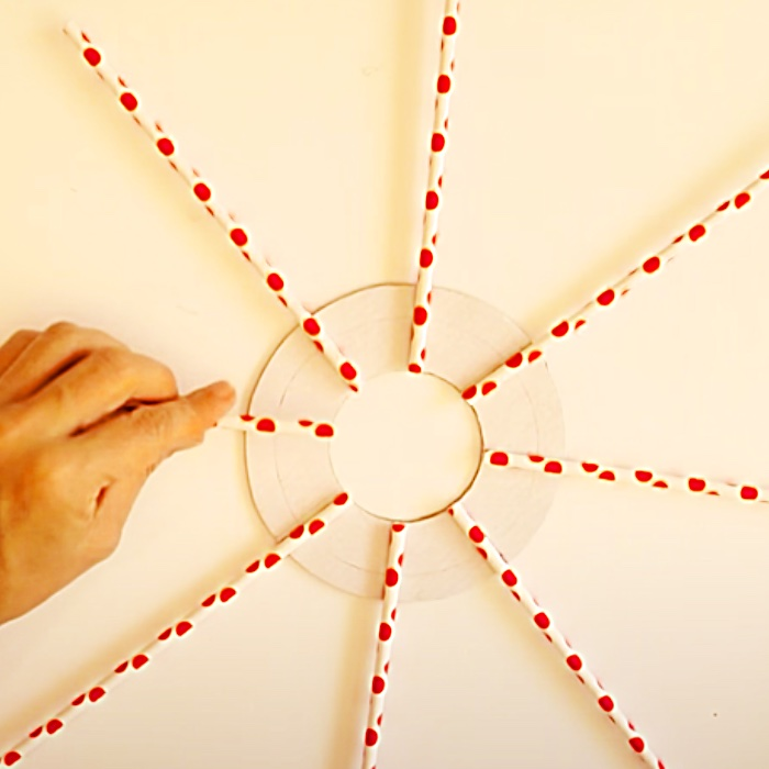 How To Make A Christmas Wreath - DIY Straw Project Ideas - Holiday Decor Ideas