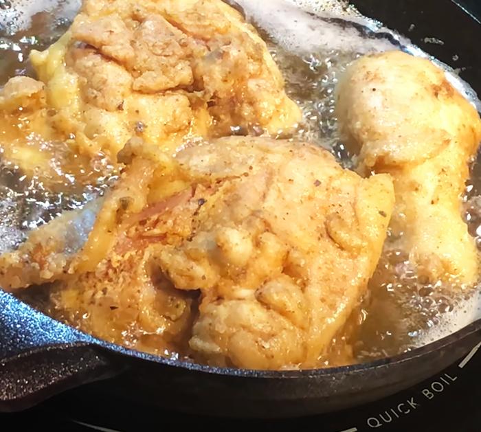"""Wie man erstickte Hühner- und Soßenrezepte macht - Soul Food Cooking - Brathähnchenrezepte """"width ="""" 700 """"height ="""" 629 """"data-pin-description ="""" Wie man erstickte Hähnchen- und Soßenrezepte macht - Soul Food Cooking - Brathähnchenrezepte """"srcset ="""" https://cdn.shortpixel.ai/client/q_glossy,ret_img,w_700/https://diyjoy.com/wp-content/uploads/2021/02/Smothered-Chicken-And-Gravy-Recipe- 1.jpg 700w, https://cdn.shortpixel.ai/client/q_glossy,ret_img,w_300/https://diyjoy.com/wp-content/uploads/2021/02/Smothered-Chicken-And-Gravy-Recipe -1-300x270.jpg 300w """"Größen ="""" (maximale Breite: 700px) 100vw, 700px """"/>   <figcaption id="""