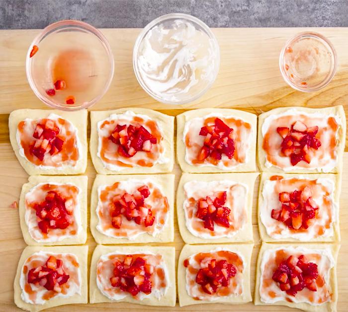 "Wie man Erdbeer-Käsekuchen-Roll-Ups macht - Erdbeer-Desserts - Pillsbury-Desserts ""width ="" 700 ""height ="" 629 ""data-pin-description ="" Wie man Erdbeer-Käsekuchen-Roll-Ups macht - Erdbeer-Desserts - Pillsbury-Desserts ""srcset ="" https: //cdn.shortpixel.ai/client/q_glossy,ret_img,w_700/https://diyjoy.com/wp-content/uploads/2021/03/Strawberry-Cheesecake-Crescent-Roll-Up-Recipe-1.jpg 700w , https://cdn.shortpixel.ai/client/q_glossy,ret_img,w_300/https://diyjoy.com/wp-content/uploads/2021/03/Strawberry-Cheesecake-Crescent-Roll-Up-Recipe-1 -300x270.jpg 300w ""Größen ="" (maximale Breite: 700px) 100vw, 700px ""/>   <figcaption id="