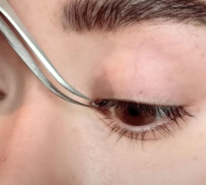 Apply Eyelash Extension - DIY Beauty