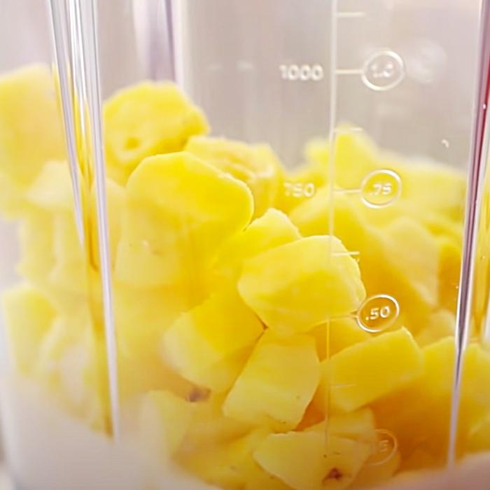 """Einfaches Dole-Peitschen-Rezept - Nachahmer von Disney World Dole-Peitschen-Rezept - Sommereis - Kinderspaß - Abkühlung in der Hitze"""" width=""""700"""" height=""""700"""" data-pin-description=""""Einfaches Dole-Peitschen-Rezept - Nachahmer Disney World Dole Whip Rezept - Sommereis - Kinderspaß - Abkühlung in der Hitze"""" srcset=""""https://cdn.shortpixel.ai/client/q_glossy,ret_img,w_700/https://diyjoy.com/wp-content/ uploads/2021/07/pineapple-whip-1.jpg 700w, https://cdn.shortpixel.ai/client/q_glossy,ret_img,w_300/https://diyjoy.com/wp-content/uploads/2021/07 /pineapple-whip-1-300x300.jpg 300w, https://cdn.shortpixel.ai/client/q_glossy,ret_img,w_150/https://diyjoy.com/wp-content/uploads/2021/07/pineapple- Peitsche-1-150x150.jpg 150w"""" size=""""(max-width: 700px) 100vw, 700px""""/>   <figcaption id="""